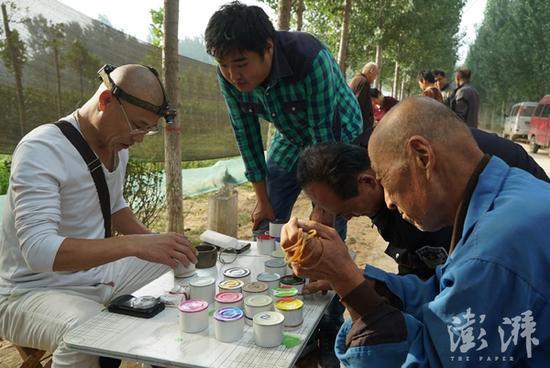 2017年9月7日,山东临清,在位于冠县的蟋蟀交易市场上,赵文革正在收购蟋蟀。
