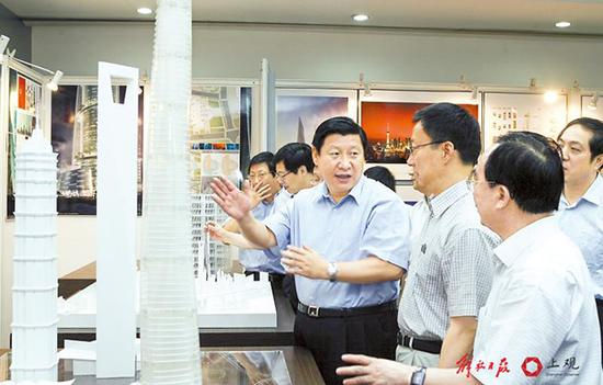 图为习近平在浦东陆家嘴听取上海中心设计方案的汇报。 本文图片 上观新闻