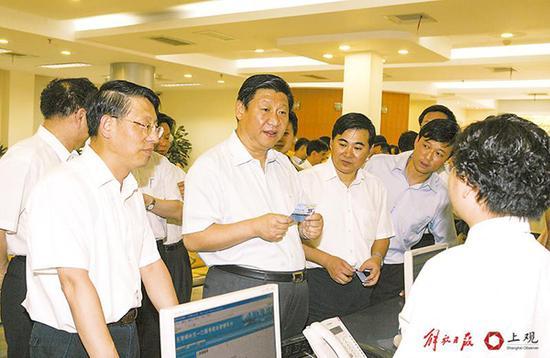2007年8月28日,习近平在卢湾区调研时,与社区事务受理服务中心工作人员亲切交谈。