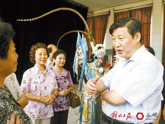 2007年8月21日,习近平在上海文艺院团调研。