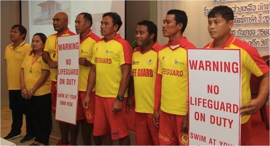 ▲海上救援工作协会在发布会上展示新的警示牌(图片来源:普吉救援服务Facebook)
