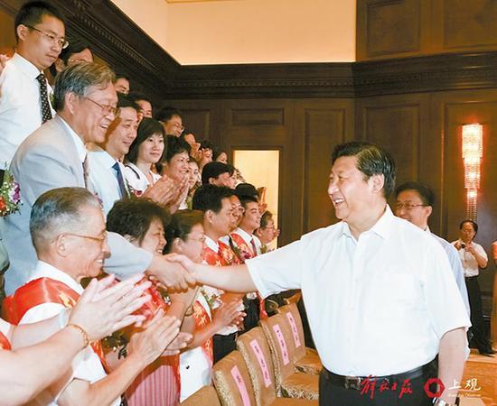 2007年8月13日,习近平会见上海市优秀志愿者和先进集体代表。