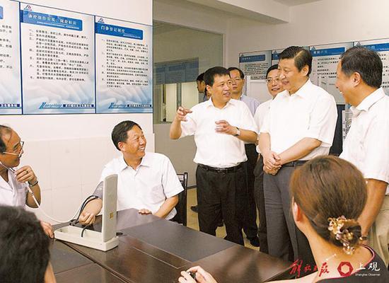 2007年8月29日,习近平到奉贤区调研,参观社区卫生服务中心。