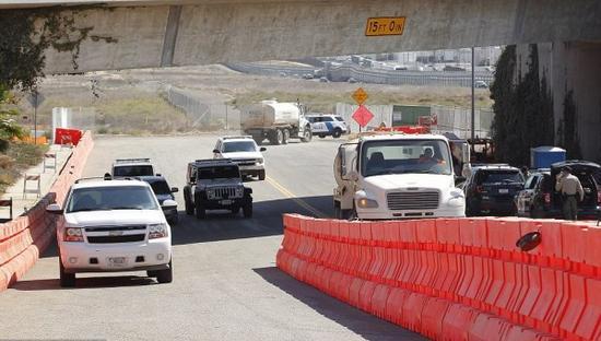 执法部门已经进入边境墙雏形的修建地区。