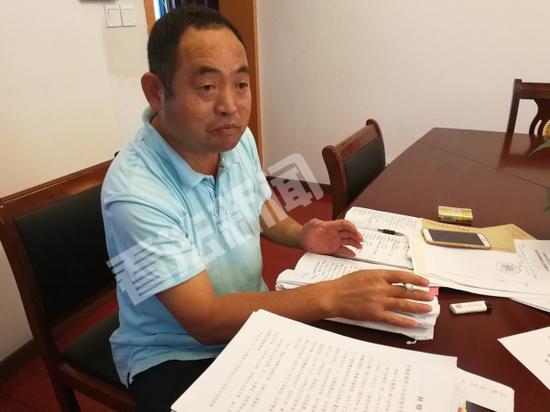 杨德武接受法制晚报·看法新闻记者采访摄/法制晚报•看法新闻记者邱锦