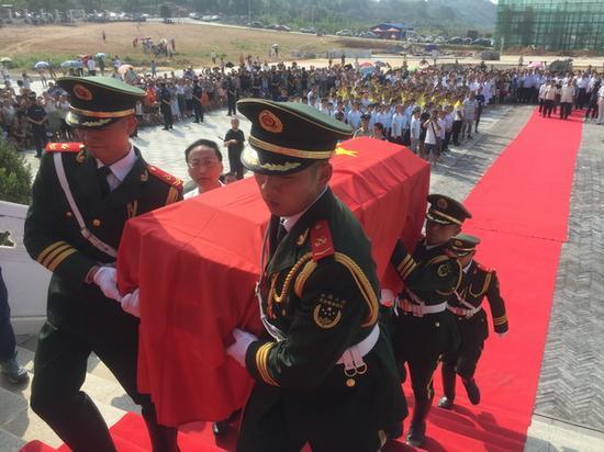 9月24日,灌阳举行湘江战役·灌阳新圩阻击战酒海井红军烈士遗骸安葬仪式,3000余人参加了安葬仪式