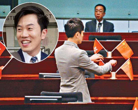 原标题:港议员郑松泰立法会内倒插国旗区旗被