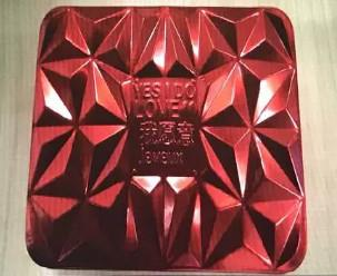 """车载监控显示下车前,老人递给了嵇萍一个红色月饼盒子,""""他说这个拿好,不要给别人。"""""""