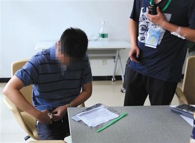 作弊考生拿出藏在腰间的无线接收设备。警方供图