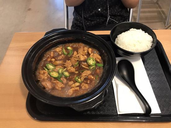 店里唯一的食物——黄焖鸡米饭。