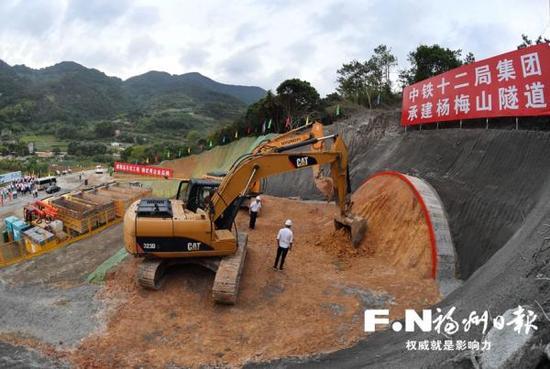 福厦高铁闽侯青口杨梅山隧道开工现场。