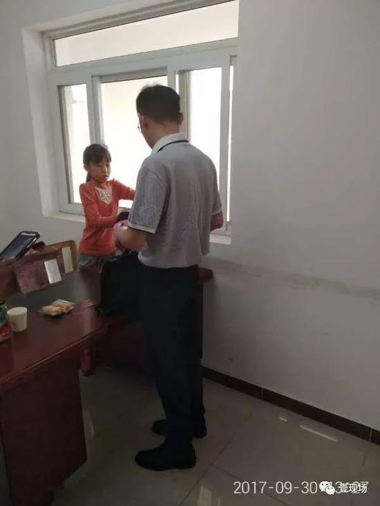 图为小玲的家人赶到调度室,向公交公司人员表示感谢。