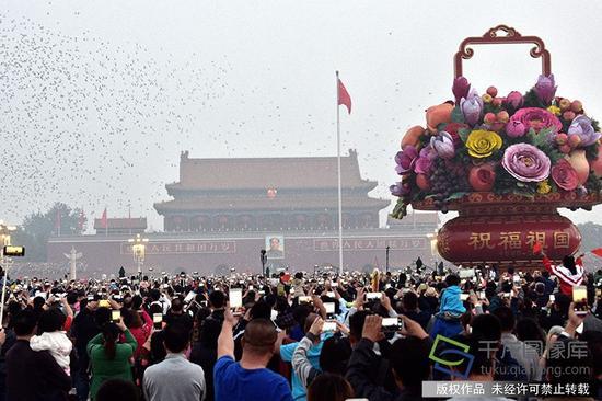 2017年10月1日,祖国华诞68岁。图为11.5万人齐聚天安门看升旗。(图片来源:tuku.qianlong.com)。马志江摄 千龙网发