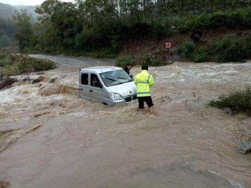 图为民警跳入湍急的河流中,抢救被困人员及车辆。本文图片均来自法制晚报