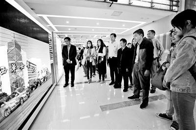 西单大悦城里的电子屏前不少游客驻足观看MV摄影/通讯员 张强