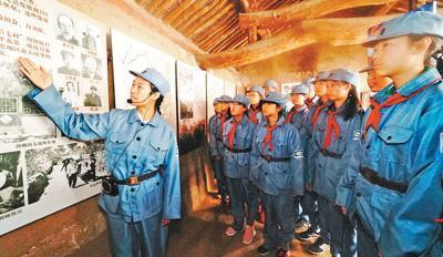 10月2日,北京市延庆区团委组织团员青年来到昌延联合政府旧址参观,追寻红色历史,激发爱国情怀。本报记者 贺 勇摄