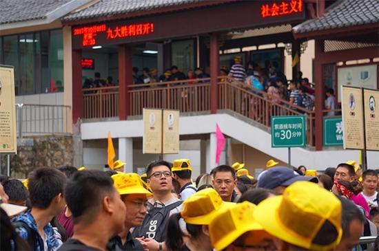 10月2日7:23日,玉屏索道下站慈光阁检票口前,游客已排起了长龙。澎湃新闻记者 胡芮默 图