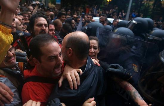 """加泰罗尼亚""""独立公投"""",选民与西班牙国家警察爆发冲突(图源:美联社)"""