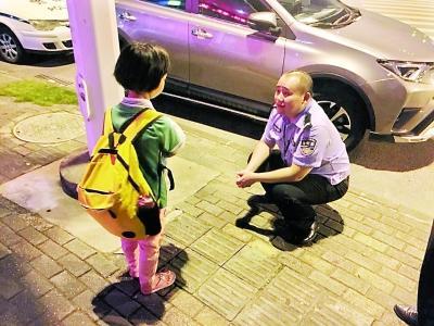 民警询问独自上街的小女孩 万信立 摄