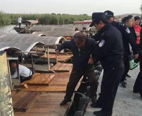 民警帮助游客登上游船。