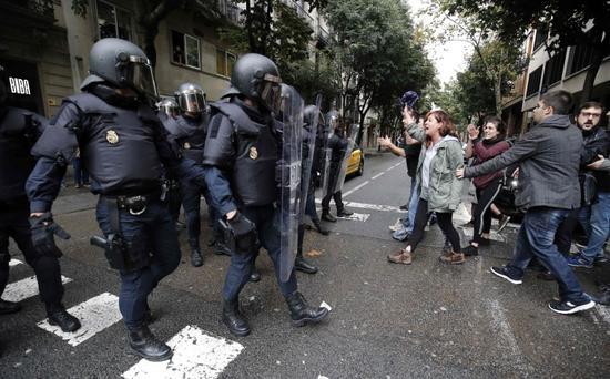 """""""公投""""当日,西班牙国家警察与当地民众发生暴力冲突(法新社)"""