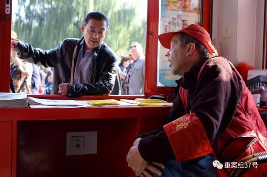 """▲""""洋大爷""""高天瑞今年的十一黄金周就在志愿服务岗亭度过。新京报记者 吴江 摄"""
