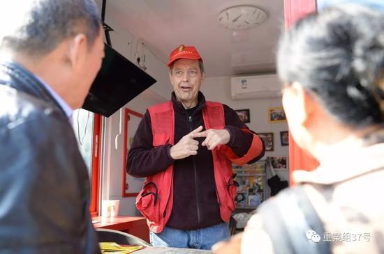 """▲加入""""西城大妈""""队伍的高天瑞说,在他心目中红袖章意味着责任。新京报记者 吴江 摄"""