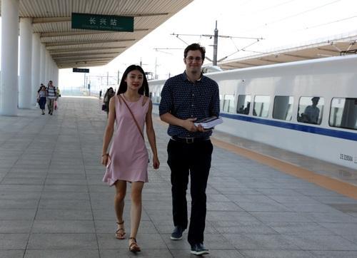 图丨刚下高铁的瑞安(右)。方敏摄