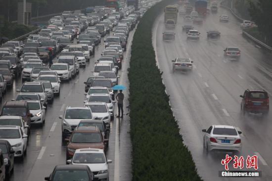 10月1日,通往南京长江二桥的高速公路上,大批车辆拥堵不前。当日是中国国庆长假首日,多地出现出行高峰。中新社记者 泱波 摄