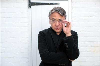 石黑一雄(Kazuo Ishiguro) 日裔英国小说家,新晋诺贝尔文学奖得主。1954年生于日本长崎,1960年随家人移居英国,曾获1989年布克奖、大英帝国勋章、法国艺术及文学骑士勋章。代表作有《远山淡影》《浮世画家》《长日留痕》《无可慰藉》《上海孤儿》《被掩埋的巨人》等。