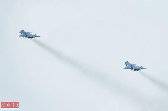 ▲资料图片:歼-20(量产型)双机编队起飞合照