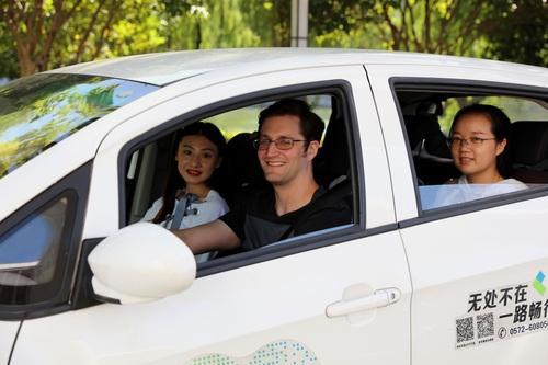 图丨瑞安驾驶共享新能源汽车。方敏摄