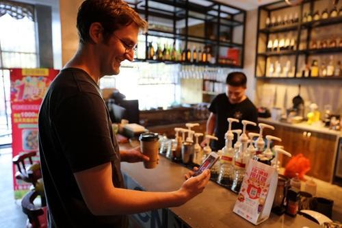 图丨瑞安用手机扫码购买咖啡。方敏摄