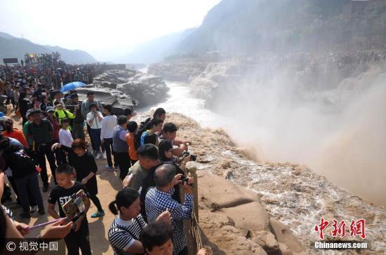 2017年10月2日,众多游客在山西临汾吉县黄河壶口瀑布观光游览。 吕桂明 摄 图片来源:视觉中国