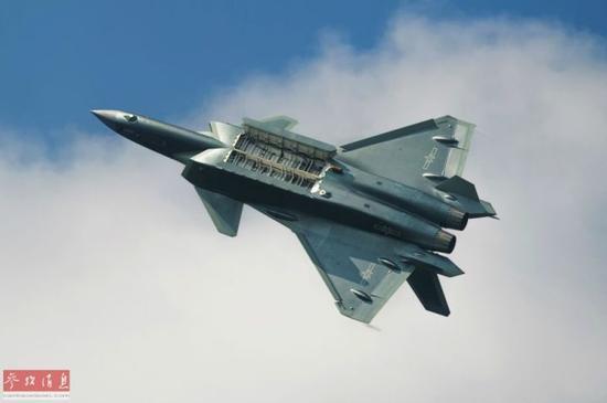 ▲资料图片:歼-20(量产型)隐身战机进行空中开启弹舱测试。