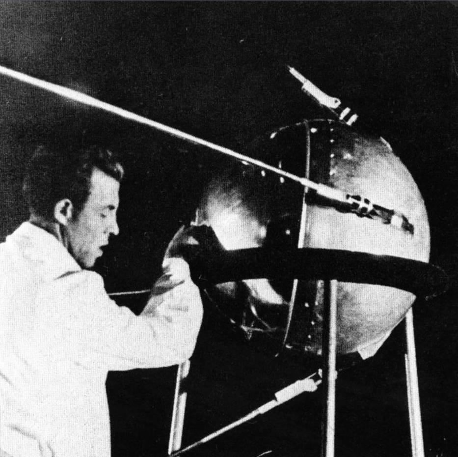 """▲""""斯普特尼克""""号发射前,苏联技术人员正在进行调试。(NASA)"""