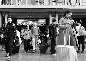 火车站旅客熙熙攘攘,秩序井然。首席摄影记者 吴宁/摄