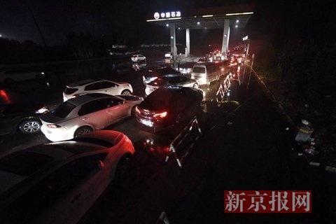 京开高速衡水湖效劳区,进京偏向效劳区加油站前,汽车排起长队加油。