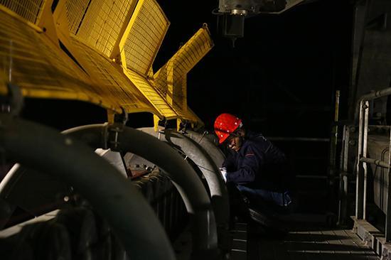 检修员等缆车停摆后,登上支架检修设备。