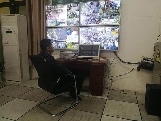 梁斌在总控室查看实时监控视频。