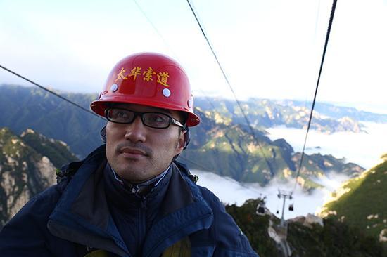 华山西峰索道检修员梁斌巡线排查安全隐患。