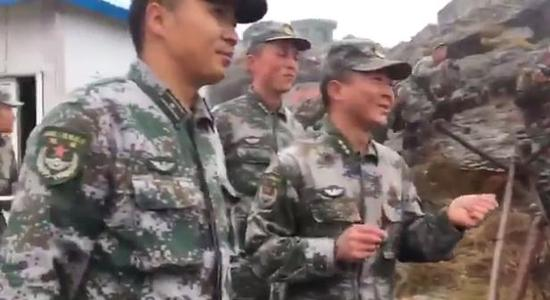 印度防长与中国解放军边防官兵面对面交流。(视频截图)