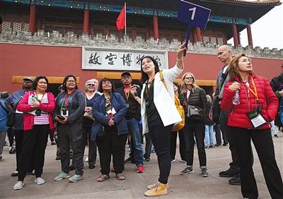 昨日,导游彭雯正在故宫给外国游客讲解。新京报记者 尹亚飞 摄
