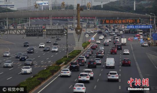 10月7日,国庆黄金周运输第十天,也是国庆长假倒数第二天,全国各地迎来返程客流高峰。图为沈海高速大连站,进出大连市的车流明显增加。 刘德斌 摄 图片来源:视觉中国