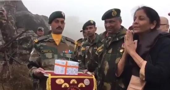 """印度国防部长向中国解放军军官双手合十致意,表示""""你好""""。(视频截图)"""