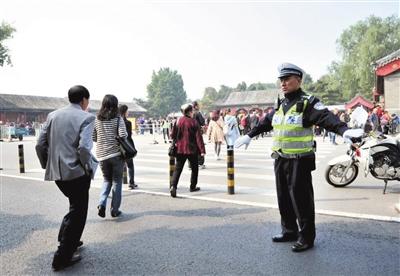 10月6日,汪文国在颐和园东宫门片区疏导交通。海淀交警支队中关村大队供图