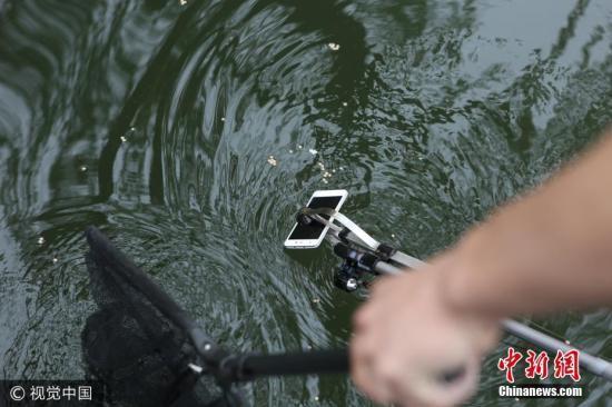 金属杆上的红外线摄像头和显示屏,配合前端的夹子使用,杆子也可根据水的深浅自由伸缩。图片来源:视觉中国