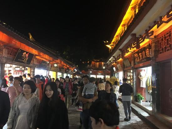 晚上的丽江古城客流量均超过5万人次 澎湃新闻记者 王万春 图