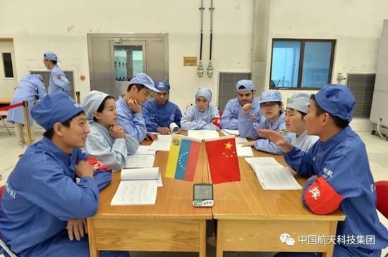 ▲ 中委双方技术人员开会讨论(南勇 摄)