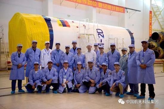 ▲ 中委双方技术人员与长二丁火箭合影(周子玺 摄)